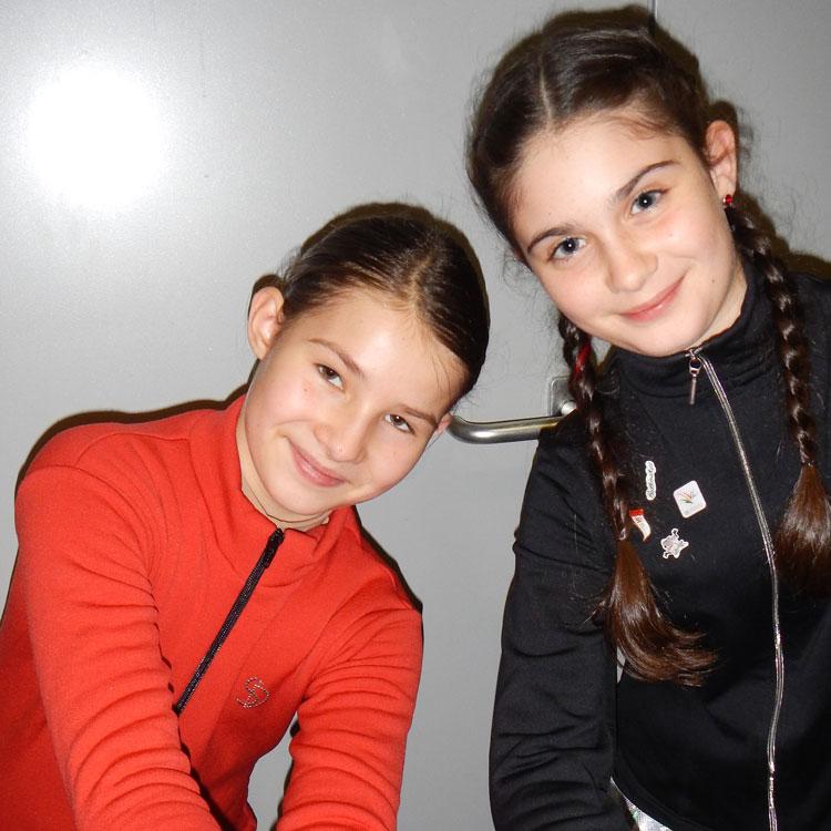 Sarah Mattle (rechts)